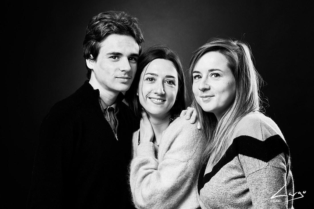 Photo de frere et soeurs d'une famille en studio Lyon