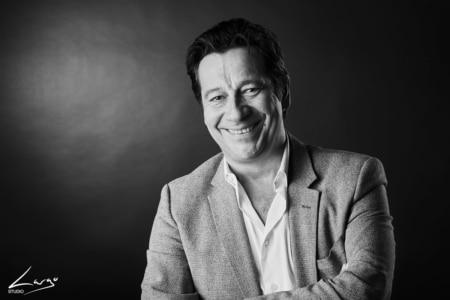 Portrait Laurent Gérra - photgraphie de portrait de studio en noir et blanc